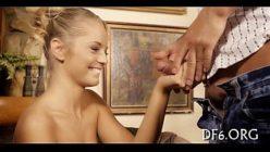 Novinha perdendo a virgindade após chupar o pau grosso