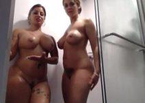 Mulher tomando banho com amiga com câmera escondida filmando