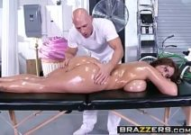 Careca massageia corpo da ruiva dos peitões te arromba