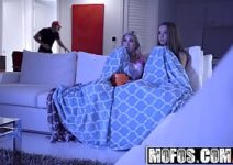 Duas belas novinhas do red tuby em sexo com o palhaço
