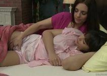 Mamãe acorda filhinha para fazer amor lésbico