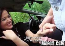 Mulher bucetudas esta no meio da estrada trepando