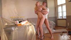 Porno em pé com a loira peituda sendo penetrada