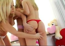 Três putinhas jovens de bundas redondinhas no vídeo lésbico